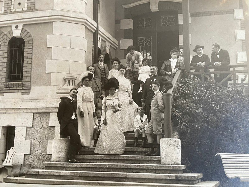Queen Ranavalona III in front of a building with crowd
