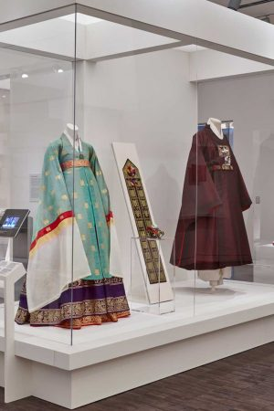 Gallry view with two mannequins dressed in traditional Korean dress